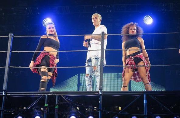 Mona Berntsen (till höger) är en av Biebers dansare.