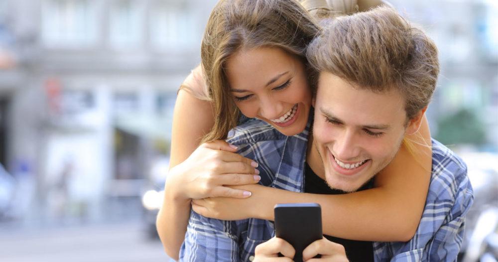 Fem säkra tecken på att hen flörtar med dig (utan att du vet om det)